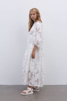 Cecilie Bahnsen operates at the intersection of couture and ready-to-wear to create luxury clothing with a relaxed, timeless style. Elle Fashion, Timeless Fashion, Fashion Photo, Eid Outfits, Fashion Outfits, Mode Simple, Belle Dress, White Dress Summer, Textiles