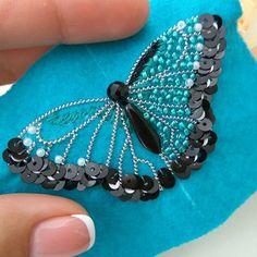 Брошь бабочка 😊 Наша бабочка почти готова, осталось совсем немного 😉 🌿 пришиваем пайетки рядами сверху вниз :1 ряд чёрные 4мм, 2 ряд белые…