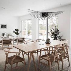 Interior Design Vertigo Chandelier for a Minimalist Light Brown Dining Room with Wishbone chairs, Beige Dining Room, Dining Room Design, Decoration Inspiration, Dining Room Inspiration, Inspiration Design, Dining Table Lighting, Home Lighting Design, Bedroom Light Fixtures, Ideas Hogar