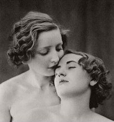 Vintage Lesbian, Vintage Couples, Vintage Love, Vintage Beauty, Vintage Burlesque, Cute Lesbian Couples, Lesbian Art, Lesbian Love, Lgbt Rights