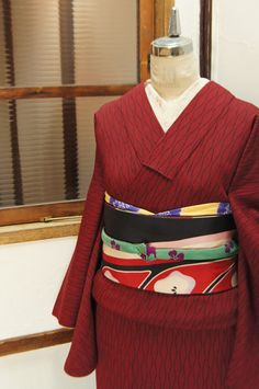 赤と黒で織り出された立涌ストライプがモダンな正絹御召の袷着物です。