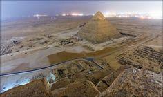 L'incredibile impresa, illegale, di alcuni fotografi russi che hanno scalato la Grande Piramide di Cheope a Giza in notturna. Le guardie hanno chiuso il sito al tramonto e loro, per quattro ore, si sono nascosti per poi raggiungere la vetta e scattare le incredibili foto della spianata. Scalare la p