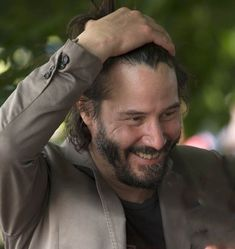 Makes you smile looking at this pic! Keanu Reeves John Wick, Keanu Charles Reeves, Outfits Casual, Mode Outfits, Actors Male, Actors & Actresses, Keano Reeves, Keanu Reeves Quotes, Hollywood Actor
