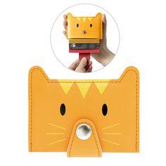 La tarjeta de crédito, la de débito, el club del gimnasio, el carnet de la biblioteca, el ticket del metro ... admítelo ¡tienes un caos en tu monedero! este gatito te ayudará tenerlas todas organizadas en un solo lugar. #organización #tarjetero #regalosparaamantesdelosgatos #catfan #catlover Gadgets, Animal Faces, Funny Design, Mini, Card Holder, Shapes, Orange, Bags, Animals