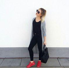 repare-se para ver mais e mais looks com tênis coloridos em blogs, sites de streetstyle e na ocasional revista de moda. O motivo? O mais novo queridinho dos fashionistas é o Adidas Supercolor, uma edição incrivelmente linda do modelo (já amado) Superstar. É maravilhoso, é tendência e, por isso, separamos algumas dicas para você usar …