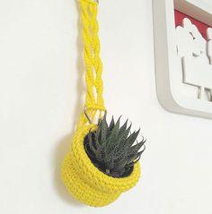 Nosso cachepô de crochê pendurado no gancho de macramé. Pode ser usado pendurado…