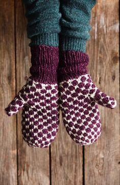 Virkatut lapaset veikeällä täpläkuviolla | Meillä kotona Fingerless Gloves, Arm Warmers, Mittens, Diy And Crafts, Slippers, Knitting, Christmas, Fingerless Mitts, Fingerless Mitts