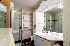 Unsere 26 Doppel-, zwei Einzelzimmer, eine Suite und ein Appartement verfügen über Badewanne oder Dusche, WC, Fön, Kabel-TV, Telefon, kostenloser Internetzugang, Klimaanlage, Schreibtisch, Minibar und Safe. Alle unsere Zimmer sind Asthma- und allergiegerecht eingerichtet. Aus diesem Grund sind Haustiere in unserem Hause nicht gestattet! Bathroom, Decor, Furniture, Home, Bathtub, Framed Bathroom Mirror, Mirror, Bathroom Mirror, Home Decor