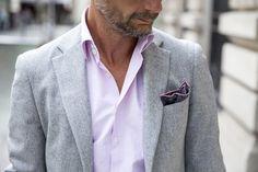 Flanelle  - c'est un lainage uni, souvent gris, légèrement gratté. Le pantalon, la veste - ou le costume - de flanelle grise ont longtemps été pour les hommes le costume idéal, ni trop sévère ni trop décontracté. buste blazer flanelle .jpg (770×513)
