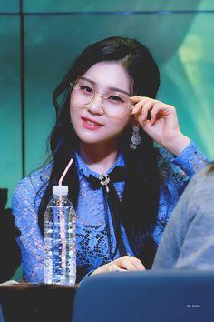 K-Pop Babe Pics – Photos of every single female singer in Korean Pop Music (K-Pop) Kpop Girl Groups, Kpop Girls, Innocent Girl, Gfriend Sowon, Red Velvet Seulgi, G Friend, Female Singers, Single Women, Pop Music