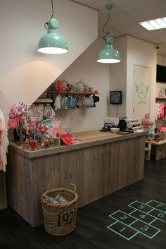 Winkelinrichting Toonbank en kledingrekken van steigerhout in combinatie met steigerbuis www.houtenzo.com