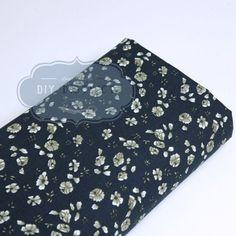 Tissu à fleurs style liberty bleu marine.