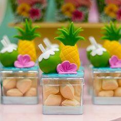 Festa Tropical: 110 ideias e tutoriais cheios de alegria e cores Aloha Party, Luau Party, 14th Birthday, Birthday Parties, Pink Flamingo Party, Flamingo Rosa, Festa Moana Baby, Hawaian Party, Pool Party Decorations