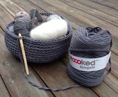 Her har jeg heklet med lysgrå nyanser Winter Hats, Crochet, Image, Ganchillo, Crocheting, Knits, Chrochet, Quilts