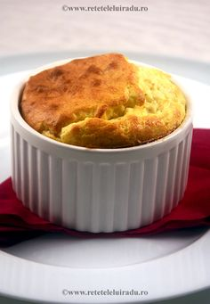 Cheeses and chives soufflé French Food, Homemade Food, Muffin, Cheese, Breakfast, Recipes, Fine Dining, Morning Coffee, Recipies