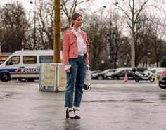 S.O.S Qué me pongo en los días de lluvia? No te preocupes la dosis de inspiración la tiene el #StreetStyle. Descubre la galería completa en Vogue.mx Fotografía: @aldo_decaniz  via VOGUE MEXICO MAGAZINE OFFICIAL INSTAGRAM - Fashion Campaigns  Haute Couture  Advertising  Editorial Photography  Magazine Cover Designs  Supermodels  Runway Models