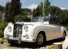 Elegante berlina bianca con capotte nera. Элегантный  белый автомобиль эпохи с черным верхом.