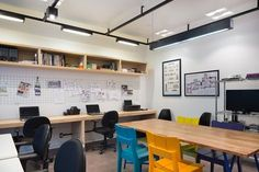 Com dimensões compactas ( 28 metros quadrados), esta sala corporativa no bairro Rio Branco, na Capital, foi alugada para abrigar a primeira sede do escritório Bladihaus Arquitetura. Os três sócios – os arquitetos Alice Blacher, Laura Blacher e Daniel Dillenburg, que trabalham juntos há um ano – projetaram um escritório despojado e todo integrado para …