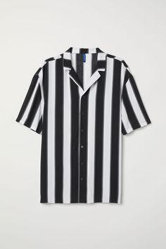 H&M Patterned Resort Shirt - Black Outfit Strand, Camisa Floral, Half Shirts, Summer Shirts, Mens Clothing Styles, Black Stripes, Poses, Menswear, Clothes