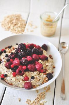 10 Totally Pimped Out Porridge Toppings To Start Your Day With Porridge Toppings, Oatmeal Toppings, Breakfast Bowls, Breakfast Recipes, Breakfast Ideas, Vegan Breakfast, Hacks Cocina, Brunch Bar, Healthy Snacks
