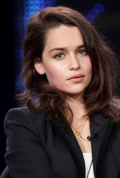 Beauty Obsession: Emilia Clarke 'Daenerys Targaryen' without her platinum hair Emilia Clarke Sexy, Emelia Clarke, Brooke Burke, Laura Marano, Jason Momoa, Rihanna, Beyonce, Daenerys Targaryen, Peinados Pin Up