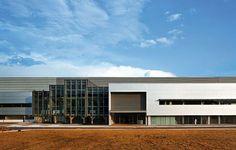 Assinado por GCP Arquitetura, projeto de retrofit de fábrica Valeo, em Itatiba, SP, garante uso mínimo de ar-condicionado com ventilação cruzada e sombreamento das fachadas   aU - Arquitetura e Urbanismo