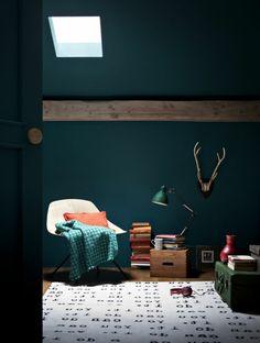 une jolie salle de séjour avec tapis beige et peinture lavable bleu foncé