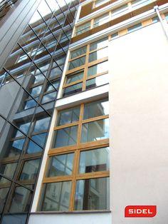 Con la giusta progettazione, ogni elemnto diventa parte integrante di un'altro. Palazzo in Milano #sidelsrl #milano #palazzo #legnoalluminio