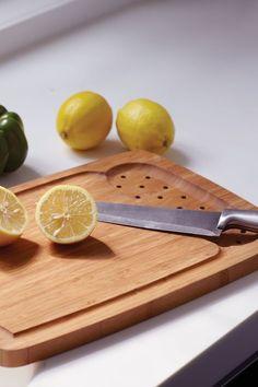 Les effets de la cure de citron : - renforce le système immunitaire (vitamine C + lutte contre les germes + facilite l'élimination des toxines) - facilite la digestion (l'eau chaude stimule les intestins et le citron aide à décoller les toxines accumulées). - rend la peau plus belle, plus claire et nette  - réhydratation profonde (grâce à un stimulation des glandes surrénales ce qui permet de maintenir une bonne teneur en eau et en sodium du corps) Plus d'infos www.santebonheuretreussite.com