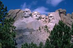 Le mont aux 4 visages : Les sculptures géantes du mont Rushmore aux Etats-Unis sont quelque chose d'unique au monde, et de très américain. Il s'agit de 4 titanesques portraits de présidents des Etats-Unis (Washington, Jefferson, Roosevelt et Lincoln) gravés directement dans une falaise au cœur des Black Hills, dans le Dakota du Sud.