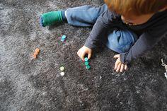 Stínování    Využijte kolečka jako paletu a hledejte předměty v pokoji se stejnou barvou, jakou mají kolečka. Můžete ho nosit k předmětům nebo předměty ke kolečkům – dle vaší odvahy s dětmi uklízet věci na původní místo.