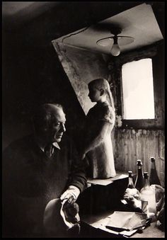 Pablo Picasso in his Paris Studio, c. Photo by Sanford Roth. © 1998 Los Angeles County Museum of Art Pablo Picasso, Artist Life, Artist At Work, Fine Art Photo, Photo Art, Picasso Pictures, Malaga, Brassai, Charcoal Portraits