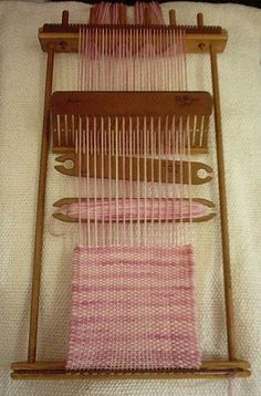 Loom Araucan Chico by TelaresyBastidores on Etsy Card Weaving, Weaving Art, Tapestry Weaving, Loom Weaving, Basket Weaving, Weaving Textiles, Weaving Patterns, Weaving Techniques, Loom Knitting