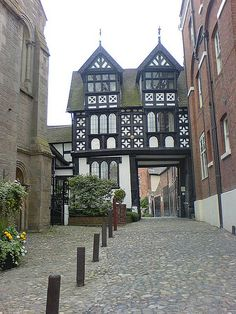 Shrewsbury, September This timber-framed gateway circa 1610 gave entrance to the council house residence of the Lord President of the Council of the Marches of Wales. King Charles I stayed here in James II in Medieval Houses, Medieval Town, Shrewsbury Shropshire, Shrewsbury Castle, Shrewsbury England, Wonderful Places, Beautiful Places, Tudor House, English House