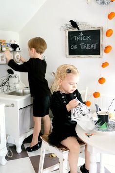 Tiny Little Pads: CELEBRATING A PRE-HALLOWEEN PARTY for your kids. Kids Halloween Party. Halloween Decor. #halloween #kidshalloween www.tinylittlepads.com
