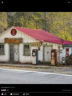 Abandoned North Carolina Country Store and Gas Station. Old Buildings, Abandoned Buildings, Abandoned Places, Outdoor Buildings, Abandoned Vehicles, Abandoned Mansions, Old General Stores, Old Country Stores, Country Life