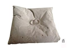 Concrete ring pillow by mhoch3design on Etsy, €12.50