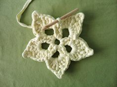 tejer flor de ganchillo hecha con trapillo. ☀CQ #crochet #crochetflowers http://www.pinterest.com/CoronaQueen/crochet-leaves-and-flowers-corona/