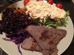 2 one-minute steaks, green salad with light coleslaw, red cabbage and black beans. Dois bifes grelhados, salada verde com coleslaw, repolho roxo e feijao preto.