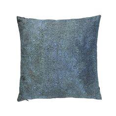 Serien Metallic pillows er skapt for å kunne tilføre noen spennende kontraster til vakre stuer og sofaer. Motivene består av metalliske overflater som er bearbeidet av naturen, og som nå fremstår vakre, unike og rå.