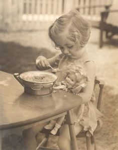 feeding dolly vintage photo to warm the woolly heart Lois Kersler, 1936 Vintage Children Photos, Vintage Girls, Vintage Love, Vintage Pictures, Old Pictures, Vintage Images, Old Photos, Antique Photos, Vintage Photographs