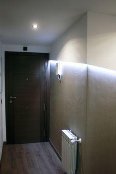 Detalle iluminación en zona de pasillo.