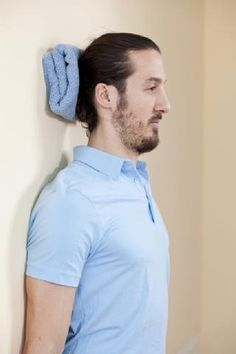 Nacken Übungen mit Ergotherapeuth Alexander Thanner, Holzkirchen, Mann, Übung mit Handtuch am Hinterkopf, stehen