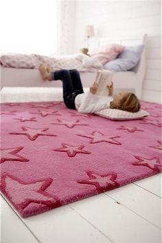 Toller Kinderteppich mit vielen Sternen in pink. Der handgetuftete Wollteppich ist kuschelig weich und in zwei Größen lieferbar.