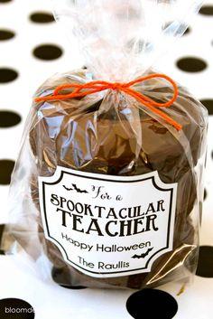 Halloween Class Treats, Halloween Teacher Gifts, Halloween Baskets, Halloween Boo, Fall Teacher Gifts, Halloween Goodies, Halloween Halloween, Teacher Gift Baskets, Teacher Treats