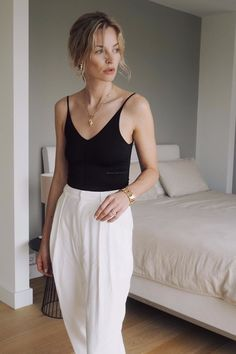 Minimalist Fashion Tips: Womens Minimal Outfits - Biseyre Minimal Fashion Style Tips. Minimal fashion Outfits for Women and Simple Fashion Style Inspiration. Minimalist style is probably basics when comes to style. Spring Outfit Women, Spring Summer Fashion, Spring Outfits, Spring Girl, Summer Winter, Style Summer, Casual Summer, Skandinavian Fashion, Mode Outfits