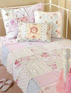 shabby patchwork quilt & pillows I want to learn how to make this beautiful quilt. Shabby Chic Quilts, Shabby Chic Bedrooms, Shabby Chic Homes, Casas Shabby Chic, Vintage Shabby Chic, Shabby Chic Decor, Bedroom Vintage, Shabby Chic Wallpaper, Bedroom Wallpaper