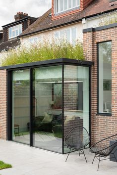 London Courtyard House Fully Refurbished by Fraher and Findlay London Courtyard House is situated within a prominent conservation area in South West London close to the River Thames. By Fraher and Findlay House Extension Design, Extension Designs, Glass Extension, Roof Extension, Extension Ideas, Living Roofs, Living Walls, Arts And Crafts House, London House