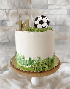 Football Cake Design, Football Cakes For Boys, Football Themed Cakes, Sports Themed Cakes, Football Birthday Cake, Animal Birthday Cakes, Birthday Cakes For Men, Butter Icing Cake Designs, Cake Designs For Boy