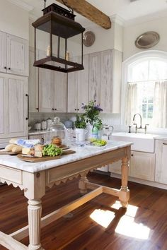 Beautiful French Country Style Kitchen Decor Ideas - Page 57 of 60 Country Kitchen Designs, French Country Kitchens, French Country House, French Country Decorating, French Cottage, Country Homes, Farmhouse Kitchen Cabinets, Cottage Kitchens, Farmhouse Style Kitchen